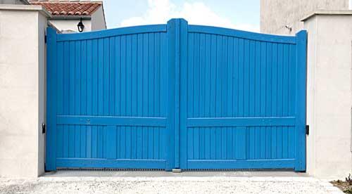 Portail entrée maison bois bleu battant