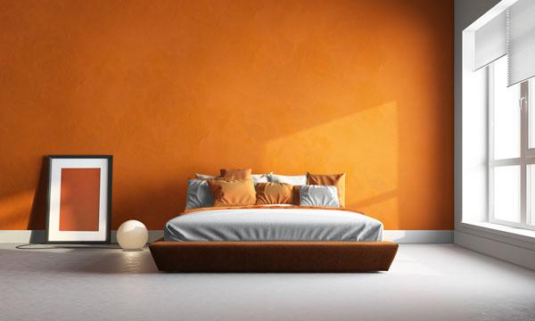 chambre avec mur peint en couleur vive
