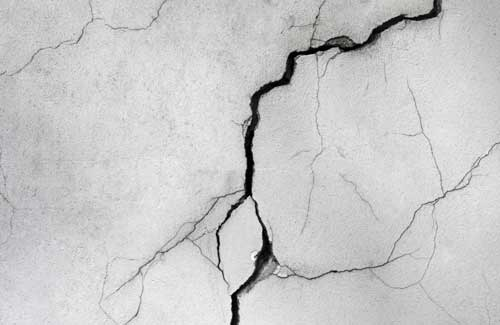Fissure lezarde sur mur maison