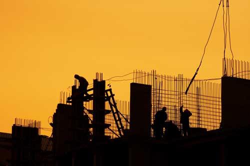 Ouvriers effectuant des travaux de gros oeuvre et ferraillage