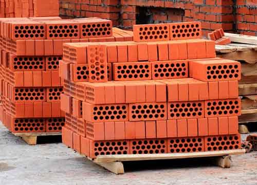 Bloc de brique stockés chez un revendeur de matériaux de construction