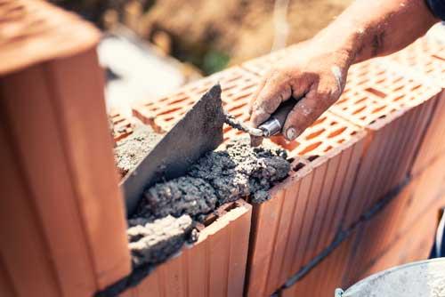 Assemblage d'un mur de brique avec du mortier