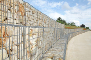 mur gabion pierres blanches et jaunes