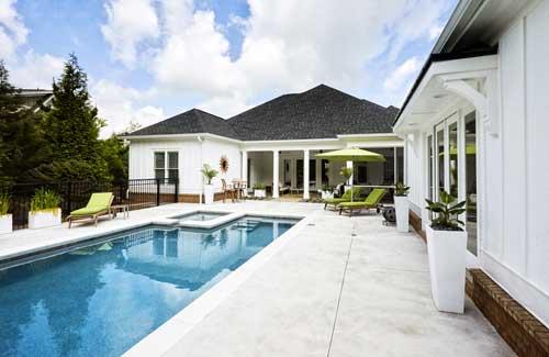 Piscine maison avec plage en béton clair