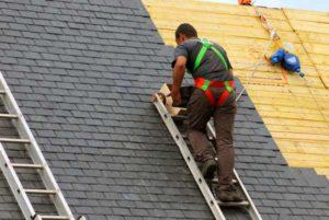 couvreur posant toiture ardoise
