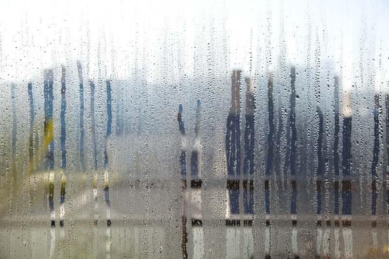 humidité maison gouttes eau ruiselent sur vitre