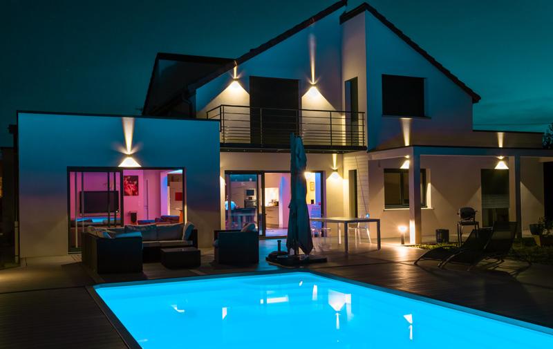 maison avec éclairage extérieur