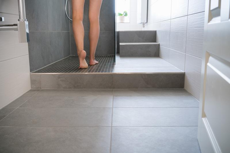 douche avec sol carrelé