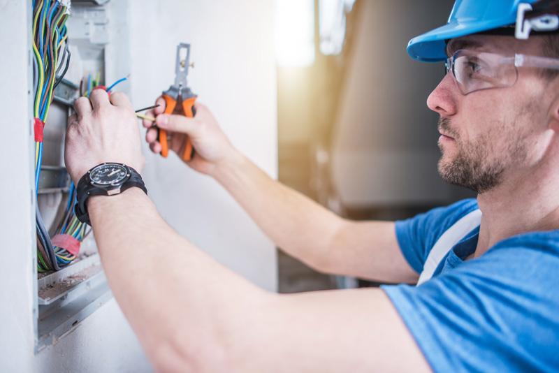 electricien entrain de faire des travaux electriques