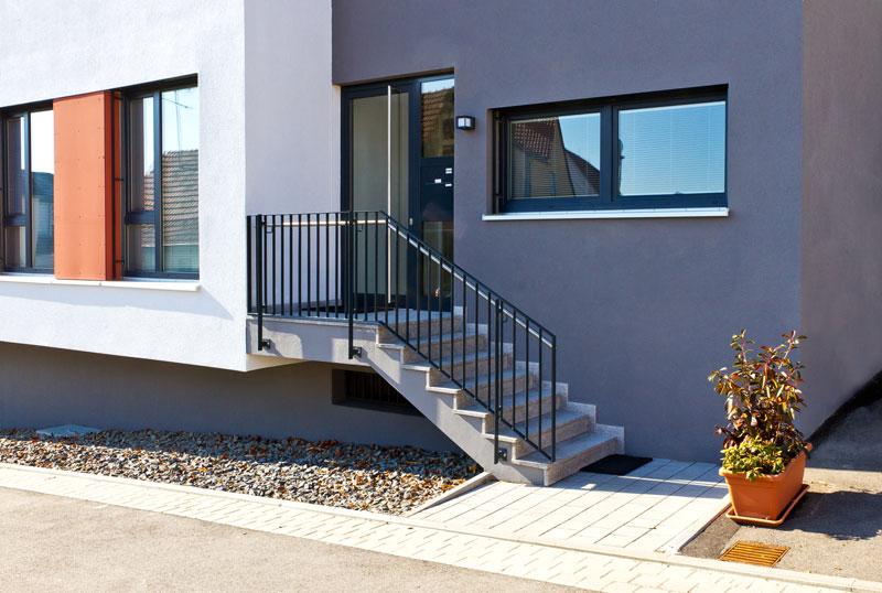 maison moderne avec porte vitree