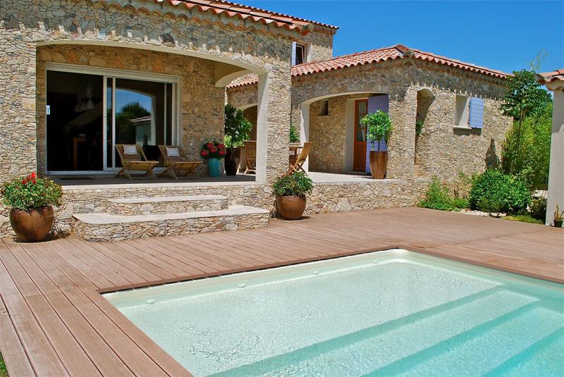 maison en pierre avec baie vitrée
