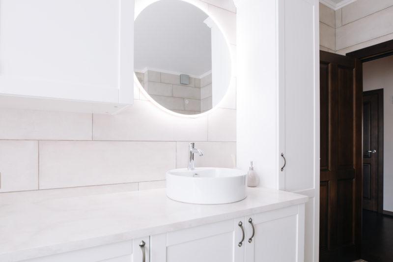 Salle de bain minimaliste avec miroir lumineux