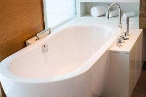 Baignoire adossée avec robinetterie moderne